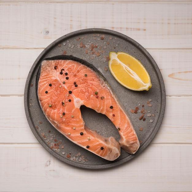 Поднос с сыром стейк из лосося и лимоном Бесплатные Фотографии