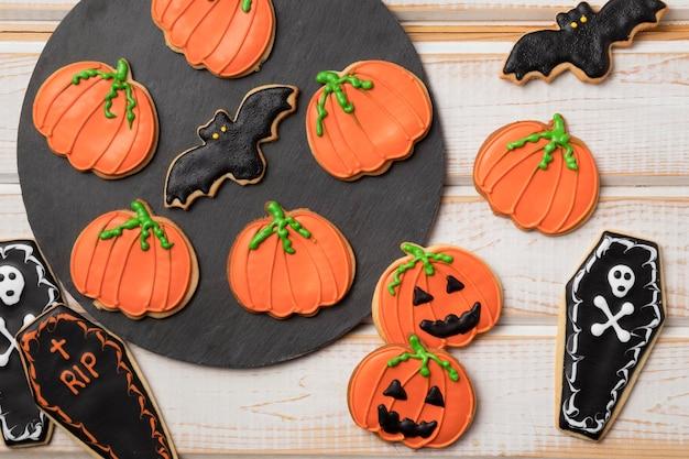 Vista dall'alto tratta con tema halloween sul tavolo Foto Gratuite