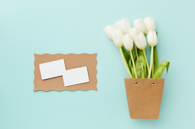 Top view tulip white flowers and empty white cards Free Photo