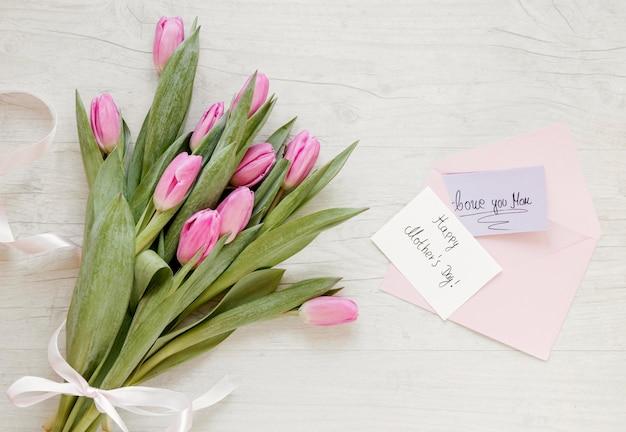 Tulipani vista dall'alto e biglietto di auguri Foto Gratuite