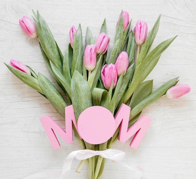 Tulipani vista dall'alto e segno di mamma Foto Gratuite