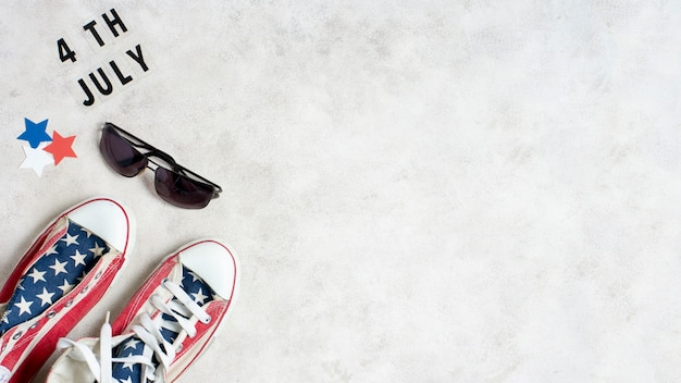 Вид сверху сша флаг кроссовки и солнцезащитные очки с копией пространства Бесплатные Фотографии
