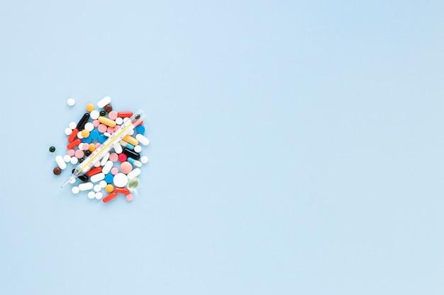 Вид сверху разнообразные красочные таблетки с копией пространства Бесплатные Фотографии