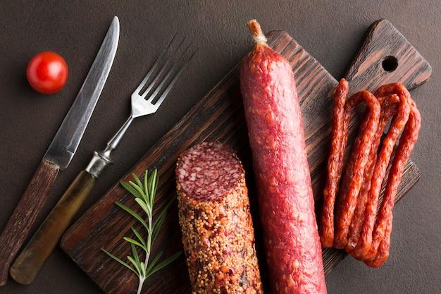 Вид сверху на свинину с колбасками Premium Фотографии
