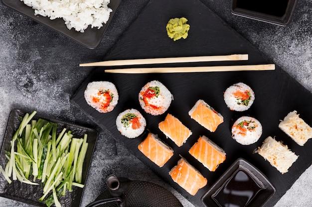 Vista dall'alto varietà di sushi e salsa di soia Foto Gratuite
