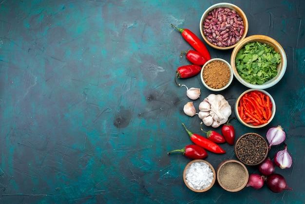 上面図野菜組成タマネギニンニクペッパーグリーン暗い背景調味料ペッパー食品の色 無料写真