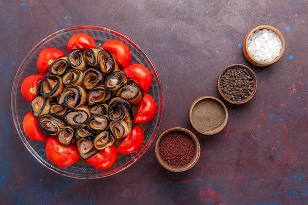 Вид сверху овощной муки, нарезанных и свернутых помидорами с баклажанами и приправами на темном фоне Бесплатные Фотографии