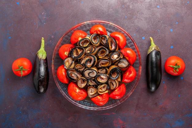 Вид сверху овощной муки, нарезанных и свернутых помидорами с баклажанами на темном фоне Бесплатные Фотографии