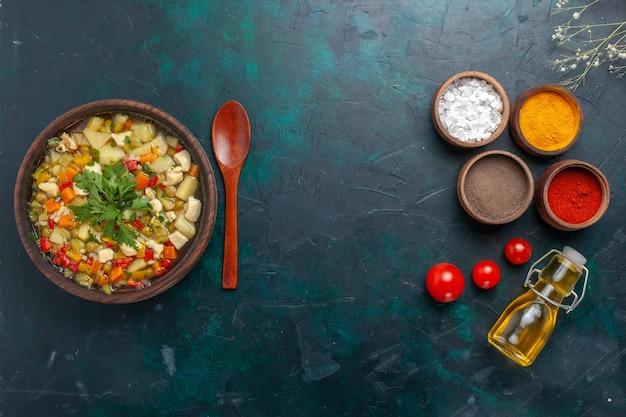 Zuppa di verdure vista dall'alto con verdure insieme a condimenti e olio d'oliva su sfondo scuro Foto Gratuite