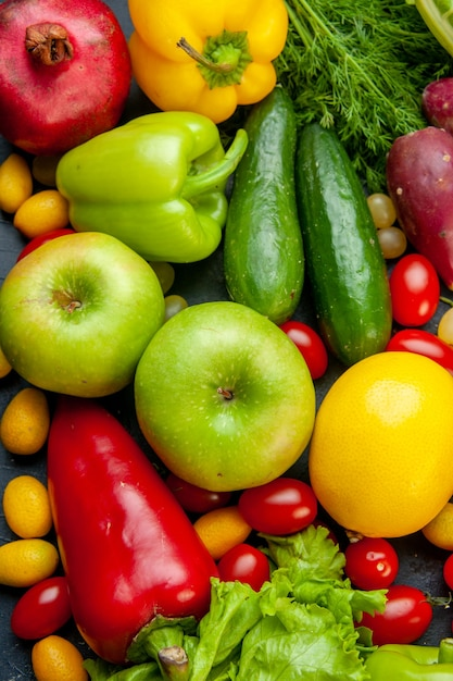 Вид сверху овощи и фрукты салат огурцы сладкий перец гранат укроп помидоры черри cumcuat Бесплатные Фотографии