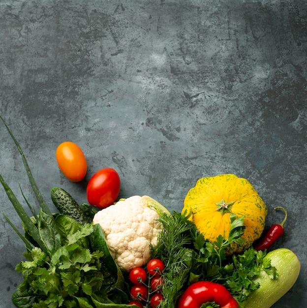 Вид сверху овощи на фоне штукатурки Бесплатные Фотографии