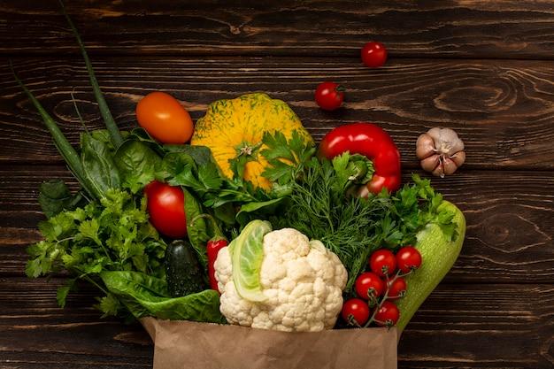 Вид сверху овощи на деревянных фоне Бесплатные Фотографии