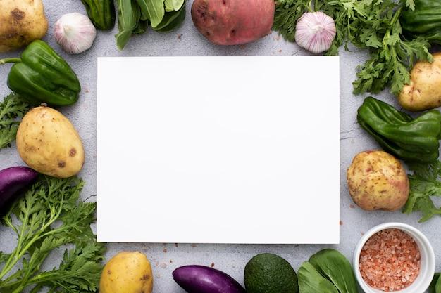 Vista dall'alto mix vegetariano con rettangolo vuoto Foto Gratuite