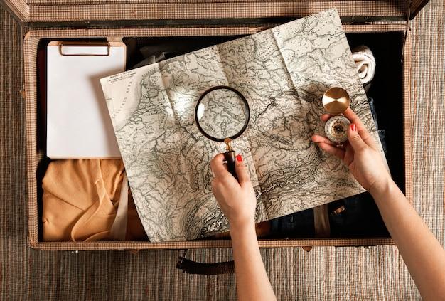 カジュアルな服でトップビューヴィンテージスーツケース 無料写真