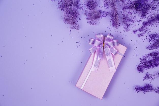 Вид сверху фиолетовая подарочная коробка Бесплатные Фотографии