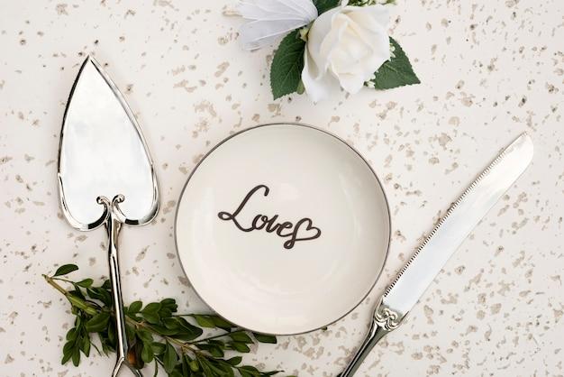 Вид сверху свадебная тарелка со столовыми приборами Бесплатные Фотографии