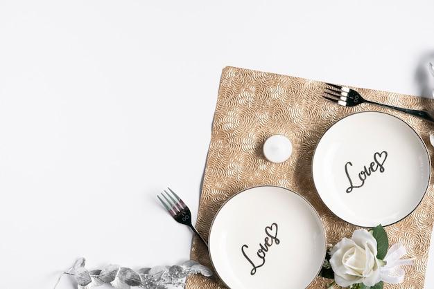 Вид сверху на свадебные тарелки с белым фоном Бесплатные Фотографии