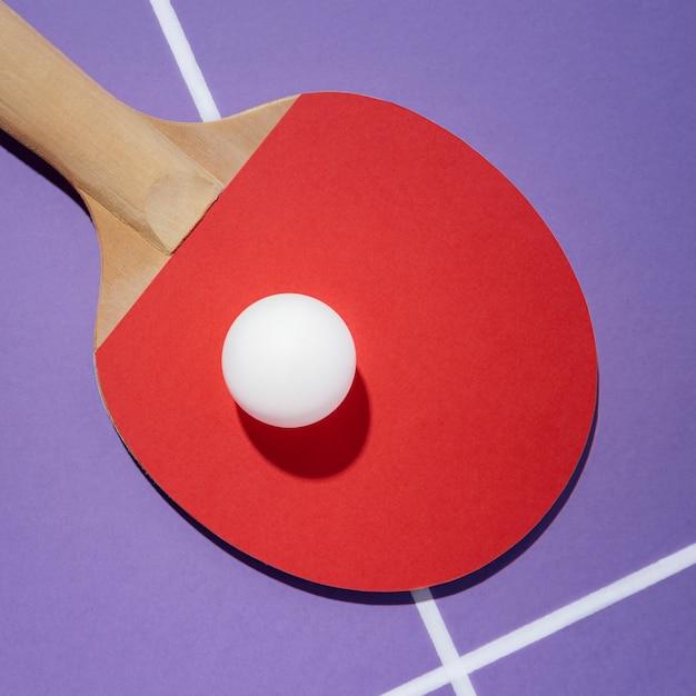 Vista dall'alto palla bianca sulla pagaia da ping pong Foto Gratuite