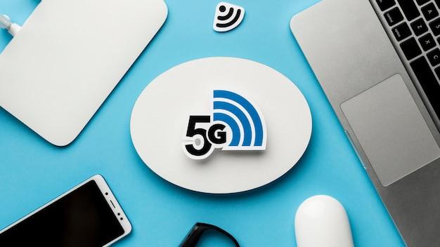 Vista dall'alto del router wi-fi con smartphone e laptop Foto Gratuite