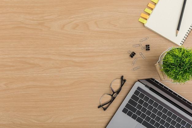 トップビュー木製オフィスデスクテーブル。フラットレイアウトワークスペース Premium写真