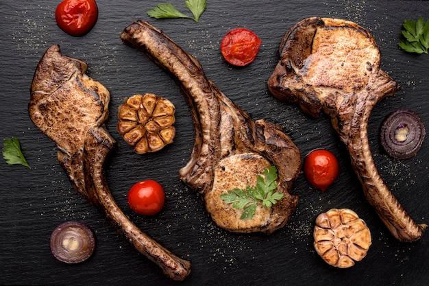 Вид сверху деревянная доска с вареным мясом Бесплатные Фотографии