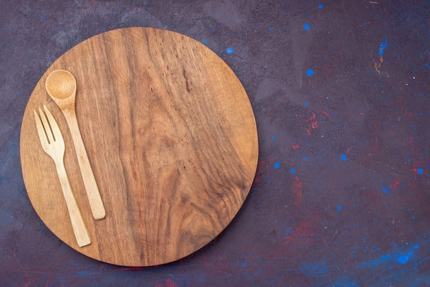 Вид сверху деревянной вилкой ложкой на темной поверхности деревянный деревянный стол для столовых приборов Бесплатные Фотографии