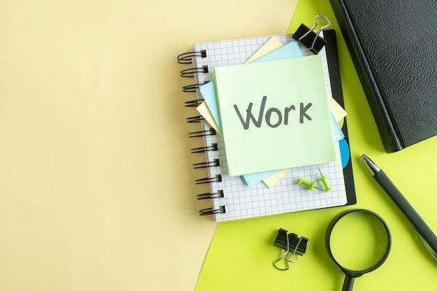 黄緑色の背景のステッカーに書かれた上面図の仕事大学の仕事場のコピーブックカラースクール写真ビジネスお金の給料 無料写真