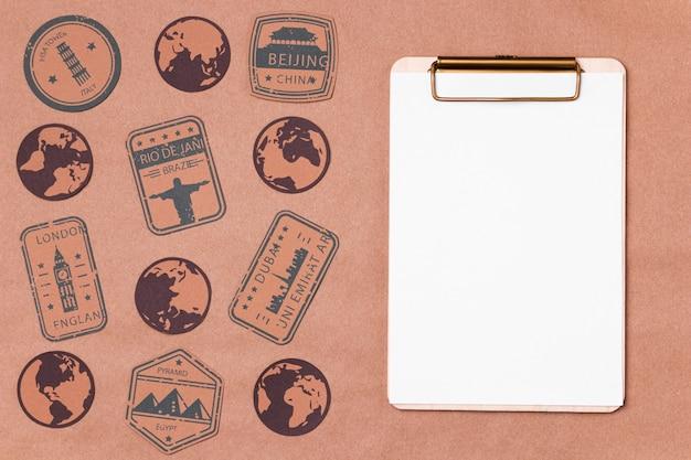 クリップボードでトップビューの世界観光の日 無料写真