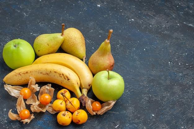 Vista dall'alto le banane gialle coppia di bacche con mele verdi fresche pere sullo sfondo blu scuro frutta bacca fresca salute vitamina dolce Foto Gratuite