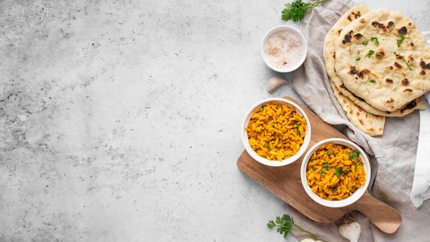 상위 뷰 노란색 쌀과 피타 배열 무료 사진