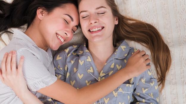抱き締める若い女性のトップビュー 無料写真