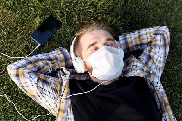Вид сверху молодой человек с расслабляющей маской для лица Бесплатные Фотографии