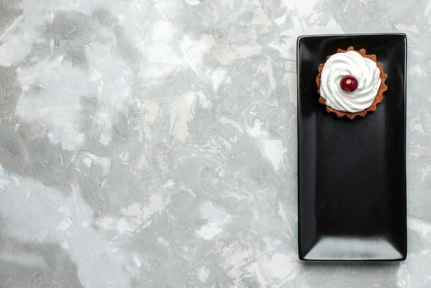 Torta gustosa vista dall'alto con crema e frutta su sfondo chiaro torta crema dolce infornare tè alla frutta Foto Gratuite