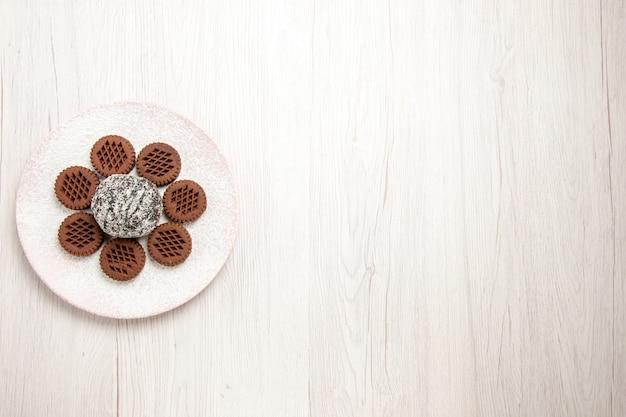 白の小さなココアケーキとトップビューおいしいチョコレートクッキー 無料写真