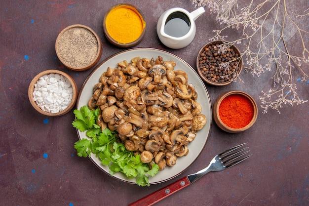 어둠 속에서 채소와 조미료가 들어간 맛있는 요리 버섯 무료 사진