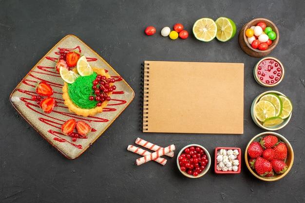 Torta cremosa gustosa vista dall'alto con frutta sullo sfondo grigio dolce biscotto colore dessert Foto Gratuite