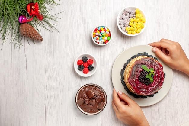Вид сверху вкусные желейные блины с конфетами на белом Бесплатные Фотографии