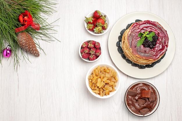 흰색에 건포도와 초콜릿 상위 뷰 맛있는 젤리 팬케이크 무료 사진