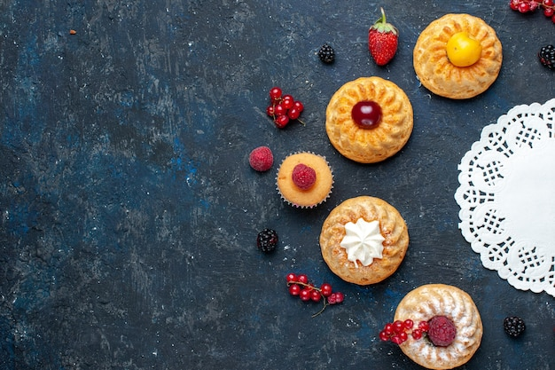 Vista dall'alto gustosissime torte con frutti di bosco frutti sullo sfondo scuro bacca torta di frutta biscotto Foto Gratuite