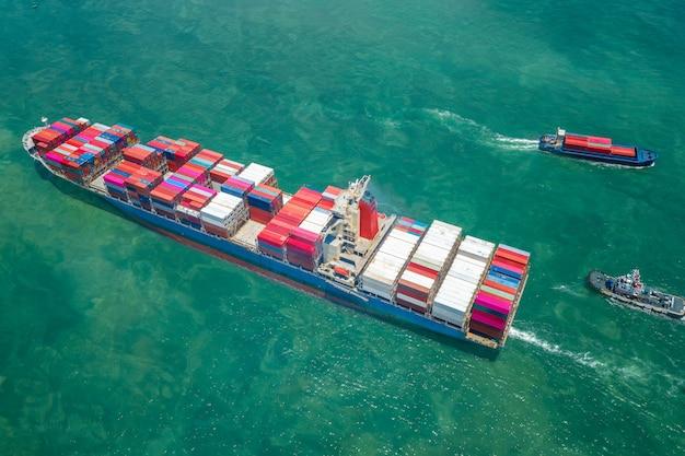 Вид сверху на перевозку судов и контейнеровозов по морю Premium Фотографии
