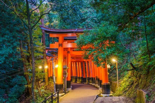 Красный tori ворота в фусими инари храм в киото, япония Бесплатные Фотографии