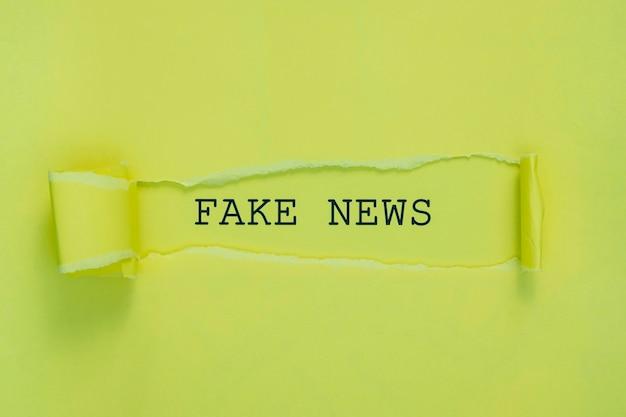 Strappato giornale di notizie false sulla parete verde Foto Gratuite