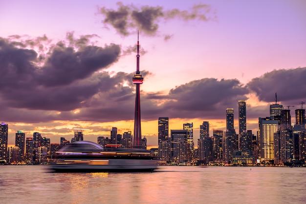 夜、オンタリオ州、カナダのトロント市のスカイライン Premium写真