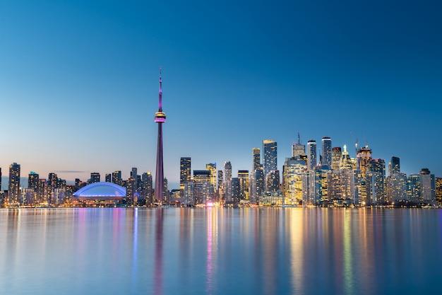 夜、カナダのオンタリオ州トロントの街のスカイライン Premium写真