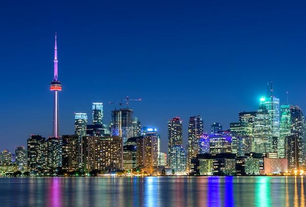 Торонто город небоскребов в ночное время, онтарио, канада Premium Фотографии