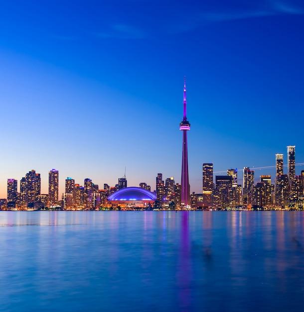 夜、オンタリオ州、カナダのトロントの街のスカイライン Premium写真
