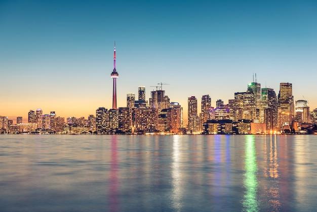 Toronto city skyline at night, ontario, canada Premium Photo