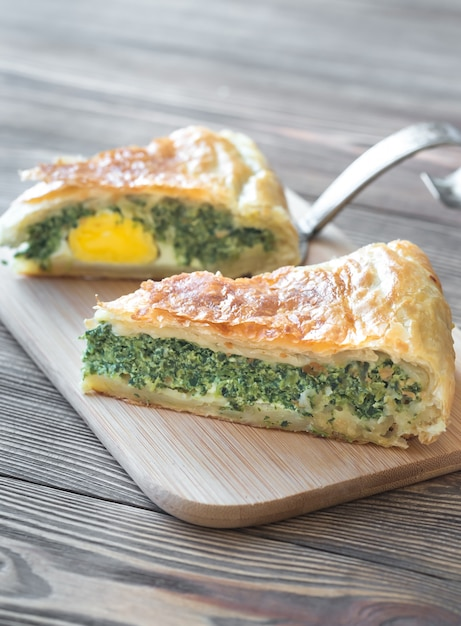 Torta pascualina - spinach and ricotta tart Premium Photo