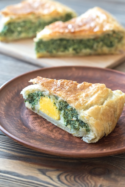 Torta pascualina - spinach and ricotta tart Premium Photo