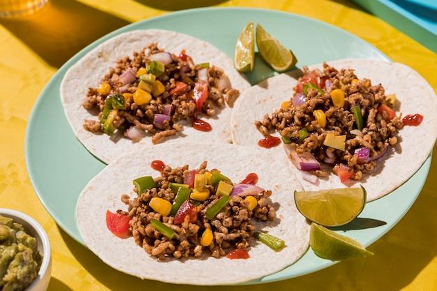 Тортилья с мясом и овощами на тарелке Бесплатные Фотографии